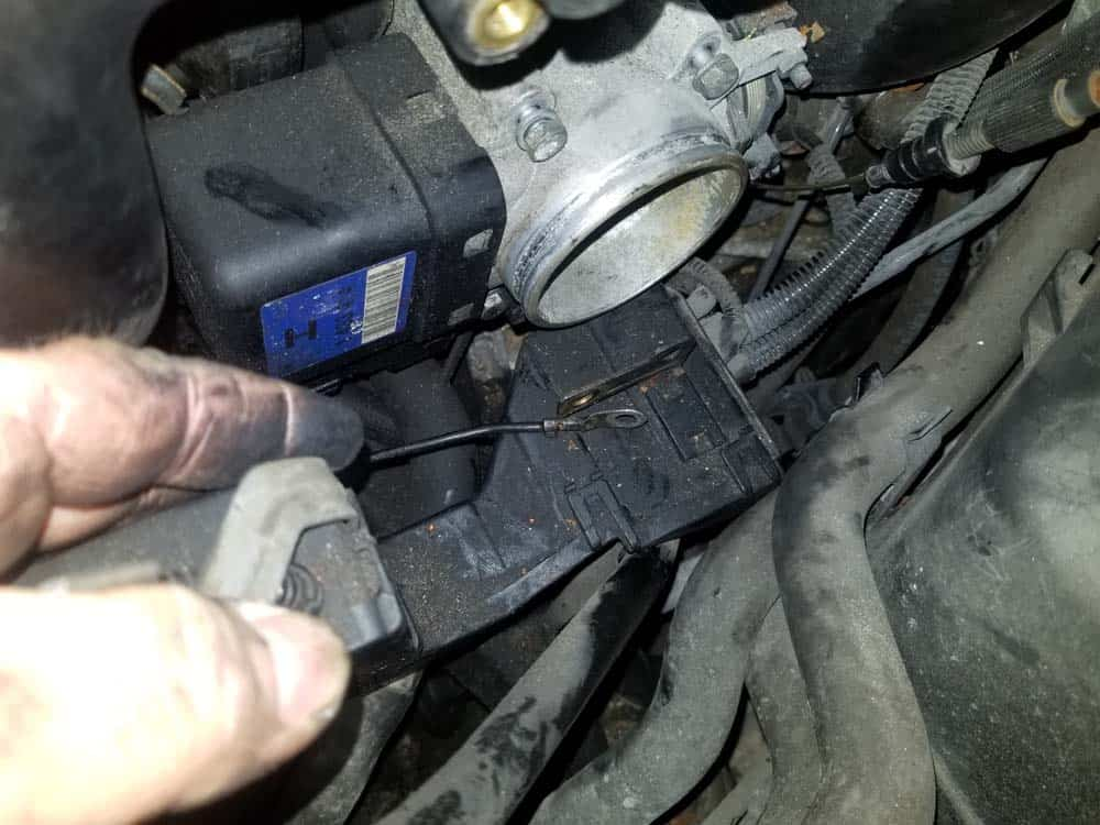 bmw m52 intake manifold removal - The wiring harness can now be moved out of the way of the throttle body
