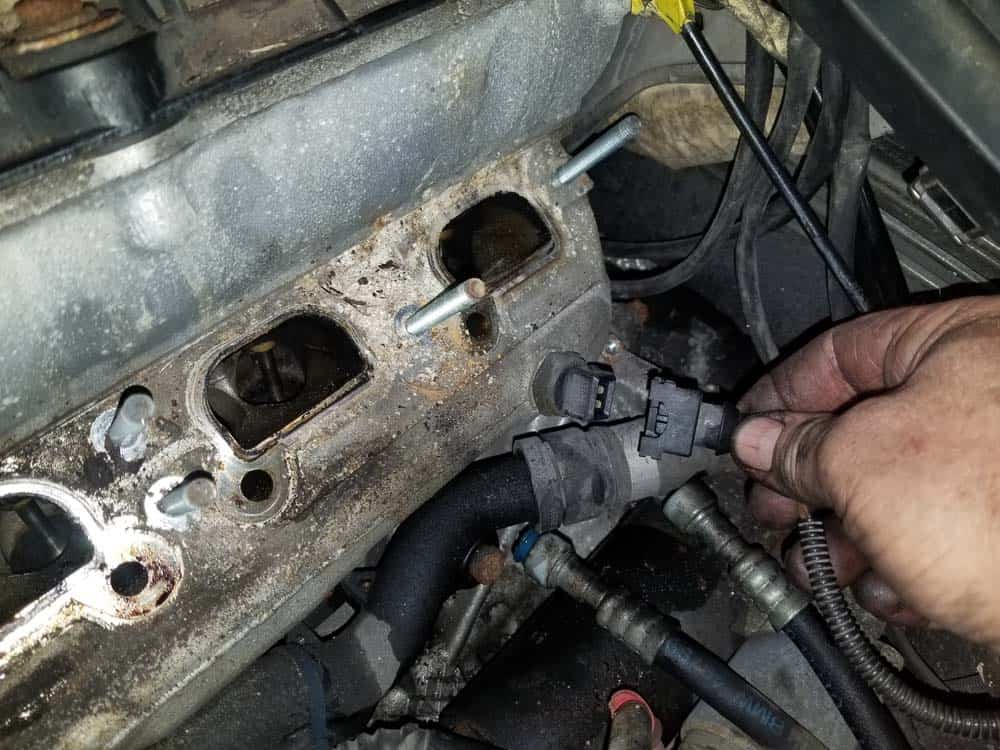 bmw m52 intake manifold removal - the coolant temperature sensor in the cylinder head