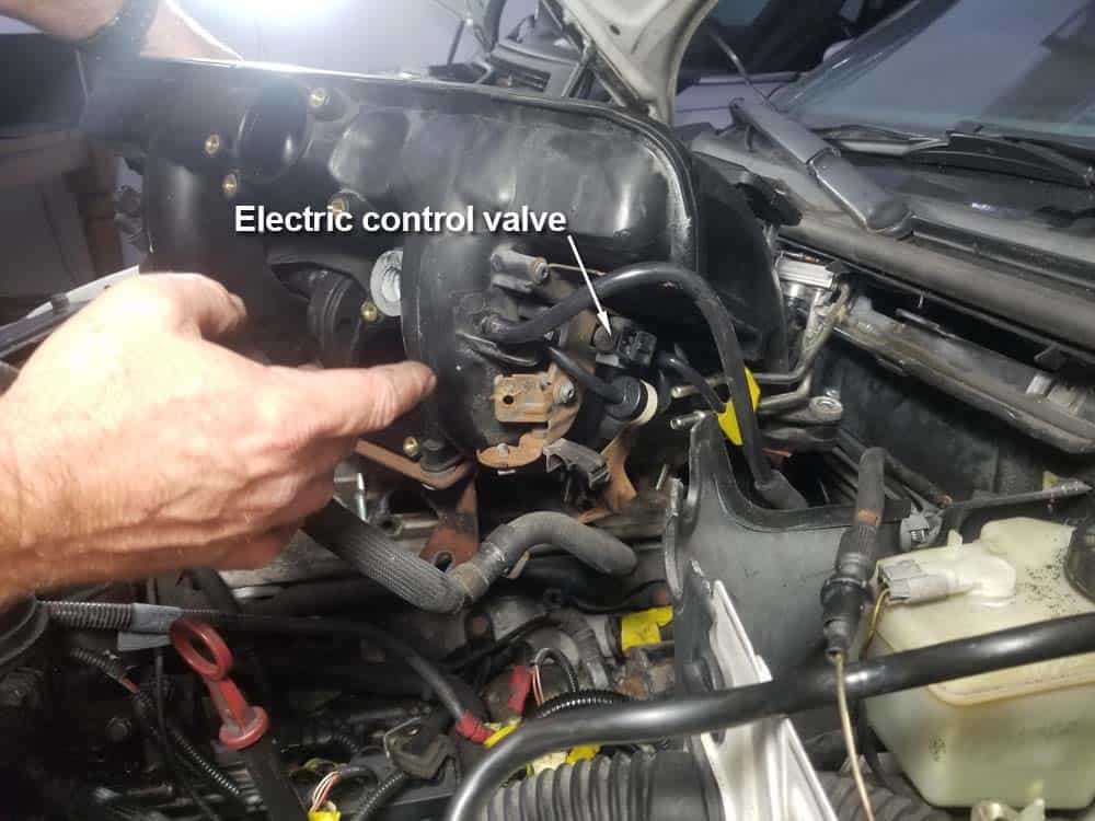 bmw m52 intake manifold removal - Turn the intake manifold so the left rear corner can be accessed.