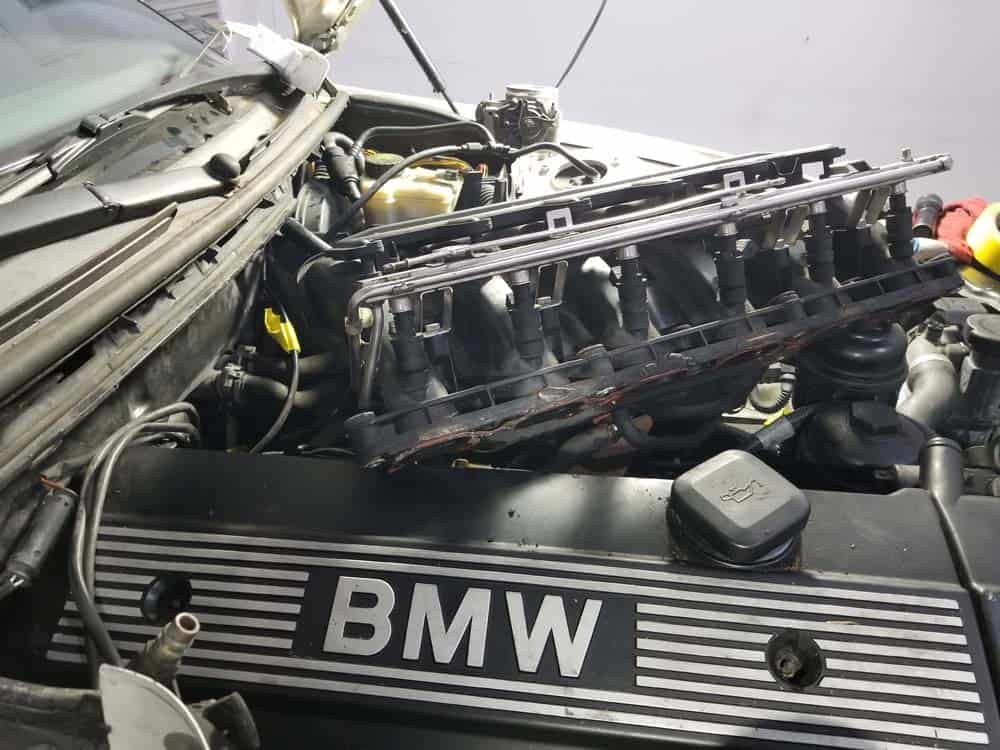 bmw m52 intake manifold removal - Turn the intake manifold so the right rear corner can be accessed