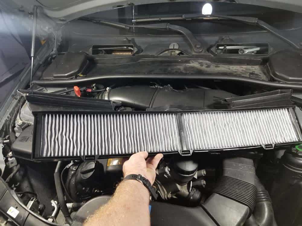 Remove the cabin filter (microfilter)
