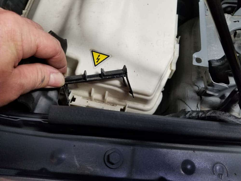 bmw n55 valve cover gasket replacement - Remove the right lock lever from the E-box.