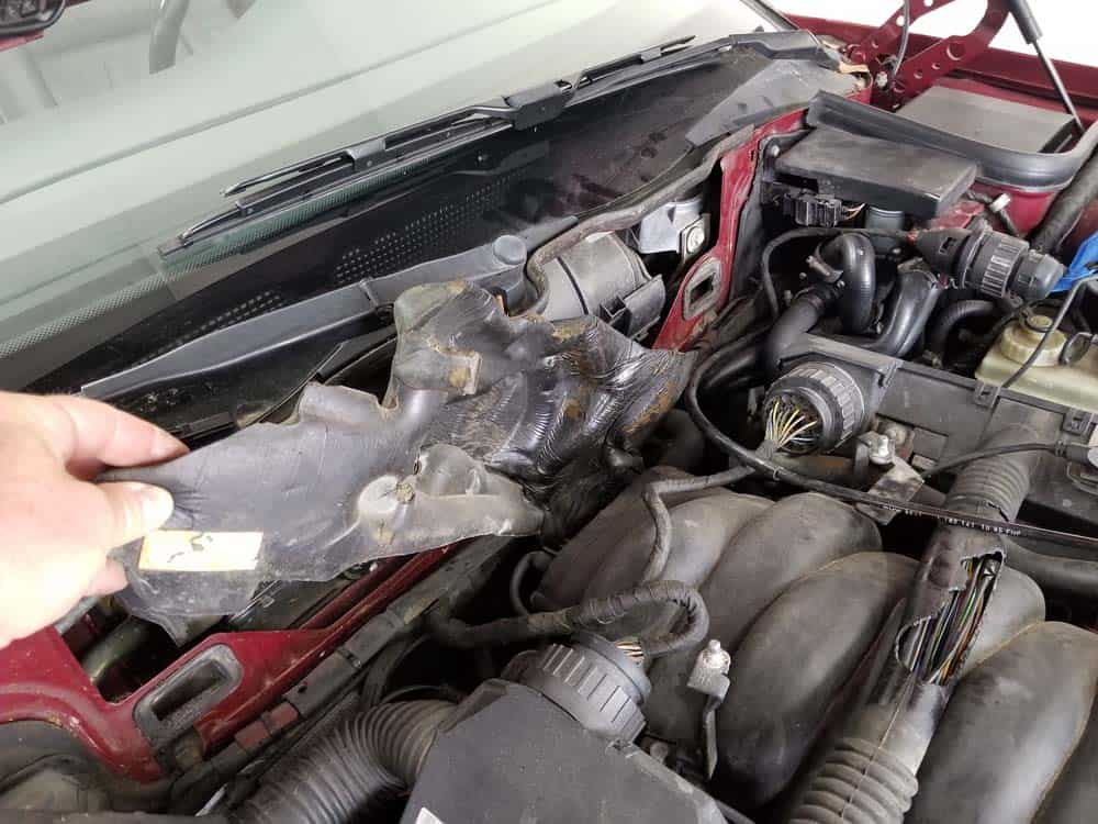 bmw m60 intake manifold gasket replacement - Remove the sound insulation from the back of the intake manifold.