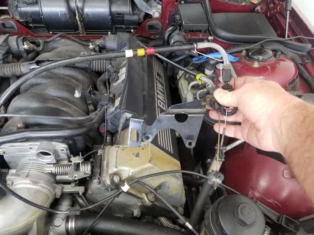 bmw m60 intake manifold gasket replacement - Lay the throttle cable bracket to the side out of the work area.