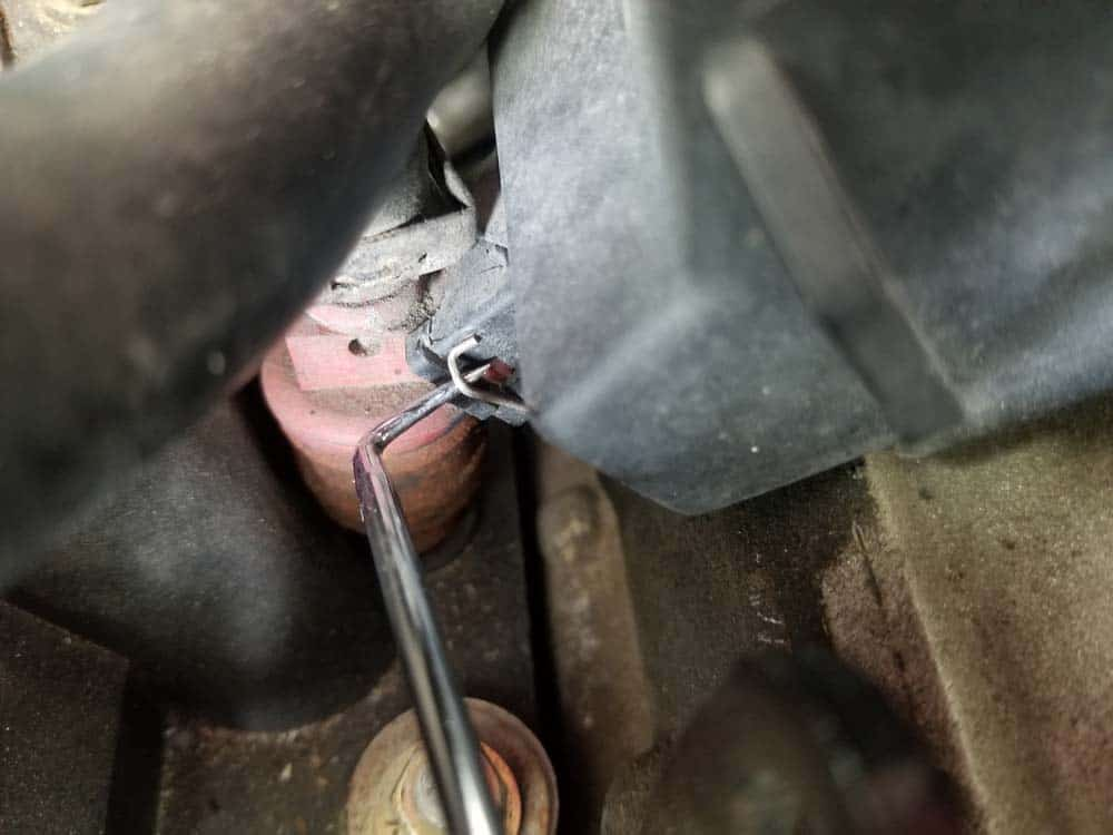 bmw m60 pcv valve replacement - Unlock one side of the clip