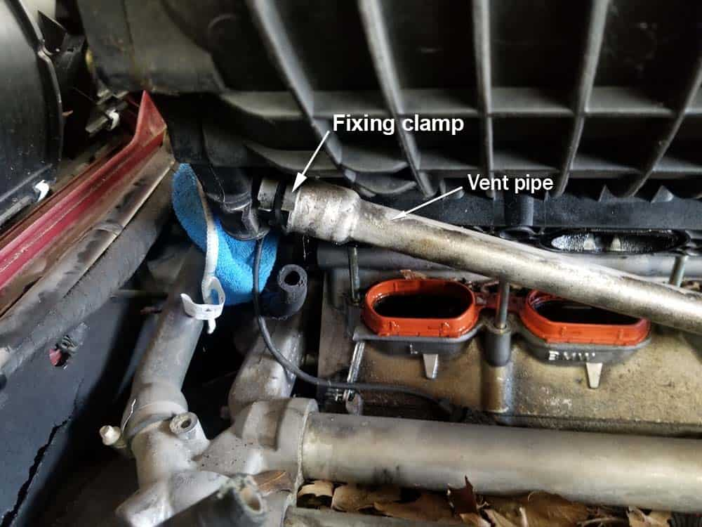 bmw m60 intake manifold gasket replacement - Locate the vent pipe and fixing clamp underneath the intake manifold.