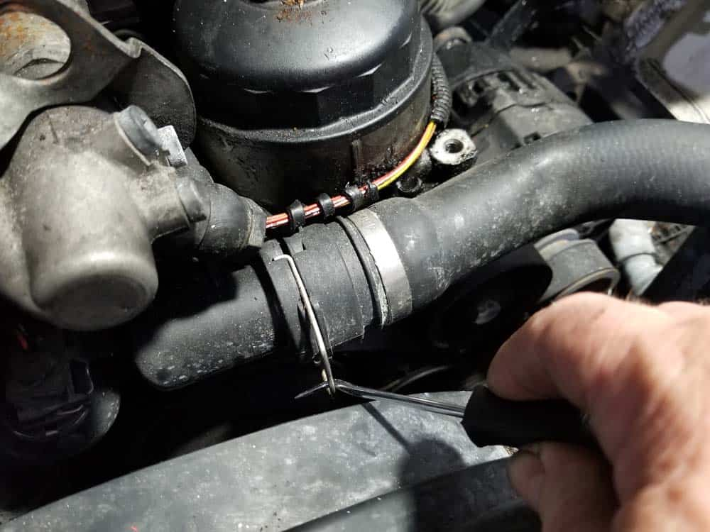 bmw e46 alternator replacement - Release the upper radiator coolant hose from the coolant expansion tank