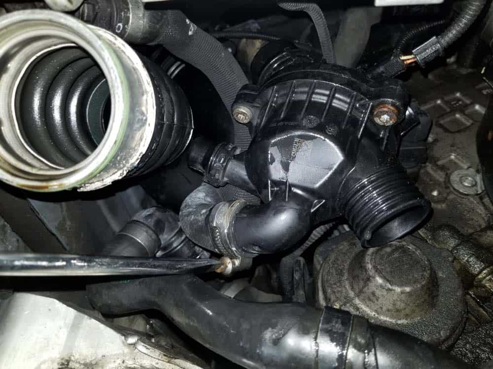 bmw e90 thermostat replacement - Loosen the hose clamp on the cylinder head coolant hose