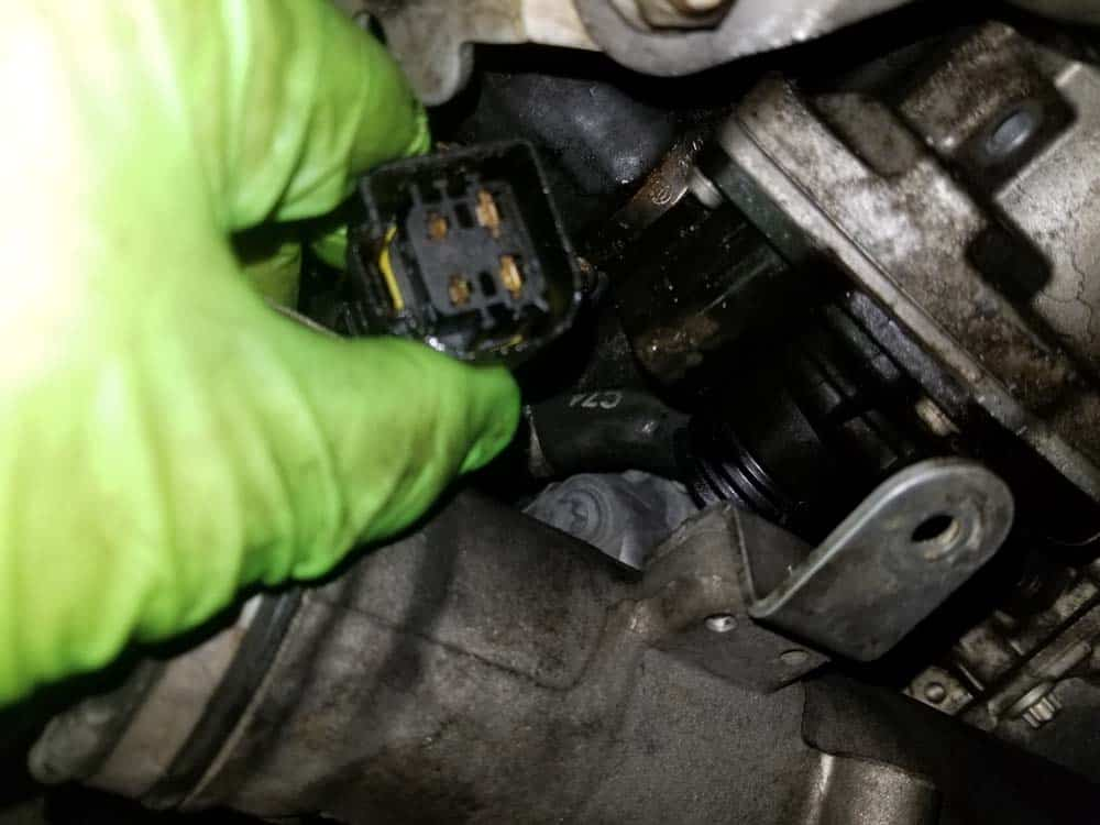 bmw e90 water pump replacement - Pull the plug free from the back of the pump