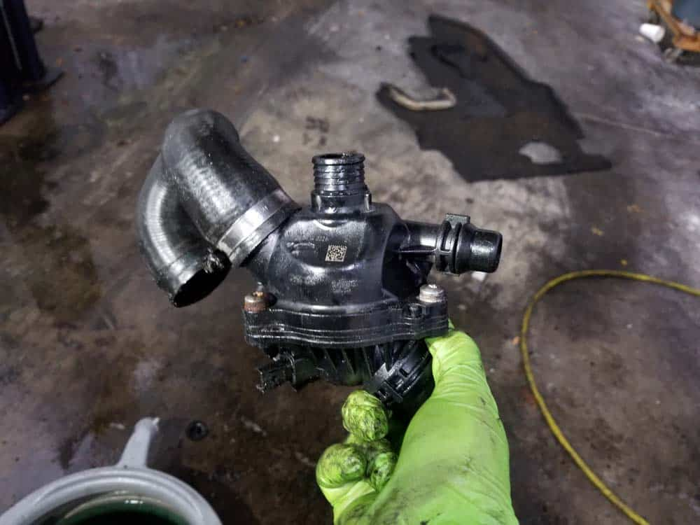 bmw e60 thermostat replacement - Remove the thermostat from the vehicle