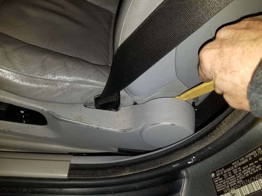 bmw e61 headliner removal - Pry the trim off of the side of the front seats with a plastic trim tool