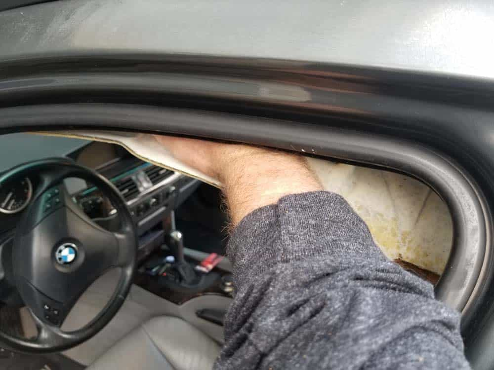 bmw e61 headliner removal - insert your arm over the headliner and press down to release it from the front of the vehicle