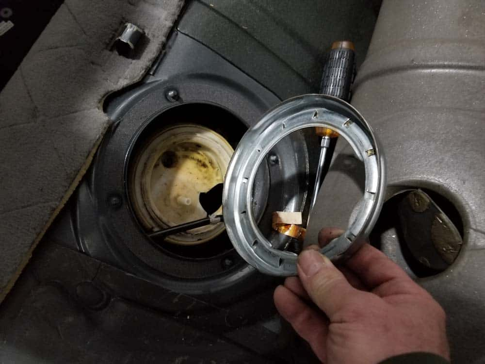 bmw e60 fuel pump replacement - Remove the screw cap from the fuel filter