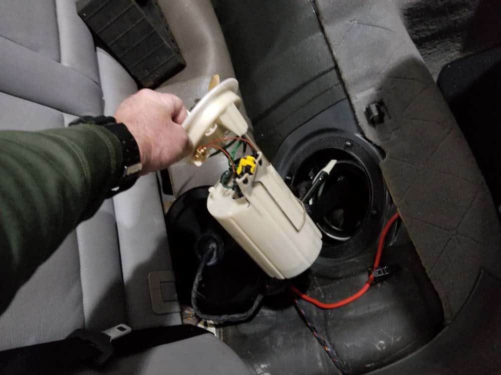 bmw e60 fuel pump replacement - Slowly remove the fuel pump from the tank