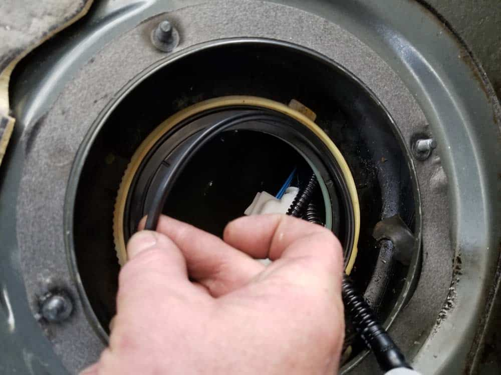 bmw e60 fuel pump replacement - Install a new rubber seal on the fuel filter