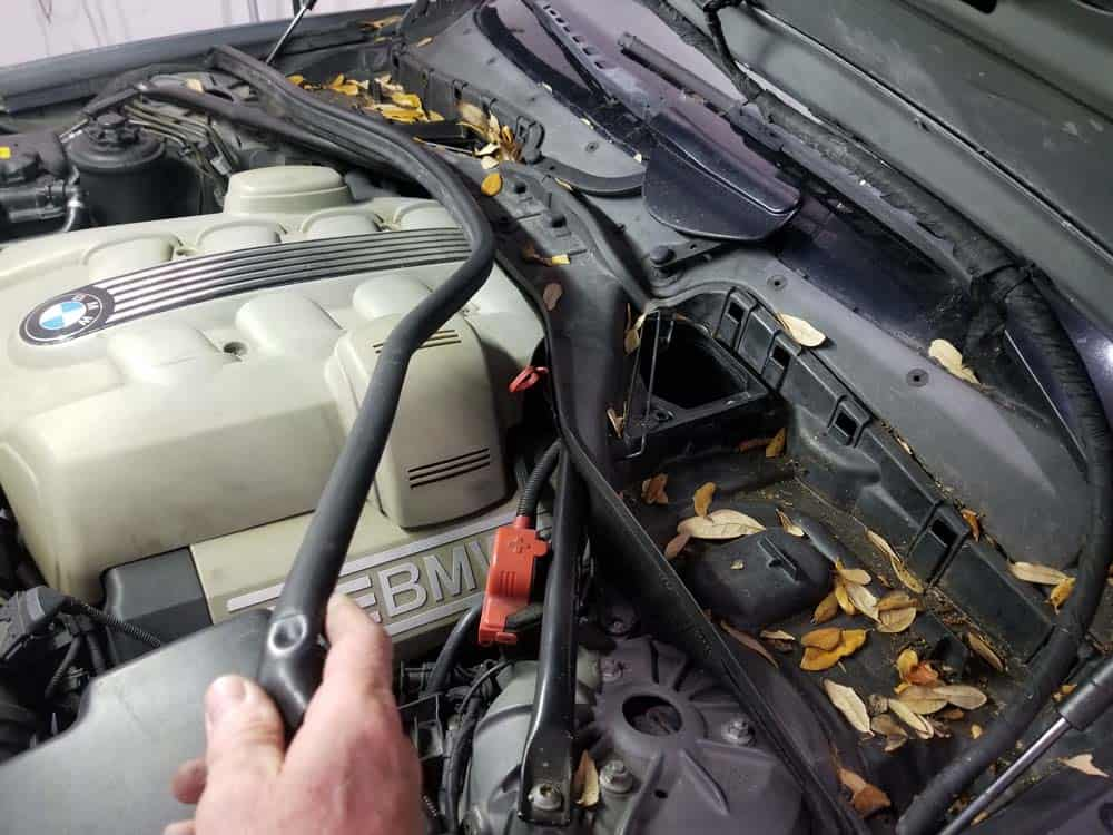 bmw n62 intake manifold gasket replacement - Remove the rubber hood gasket.
