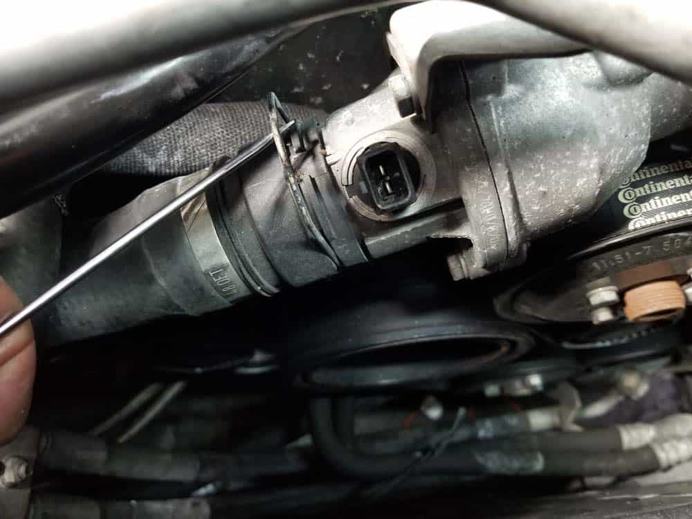 bmw n62 thermostat replacement - Remove the coolant return hose from the thermostat