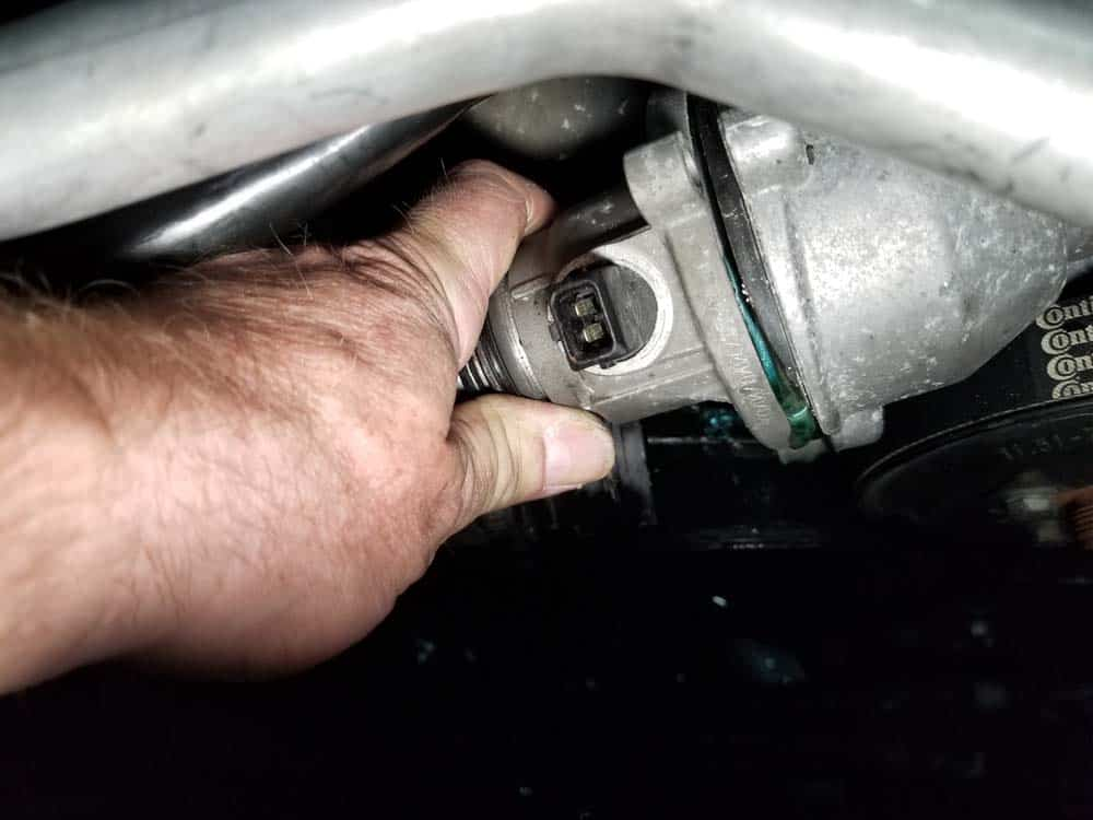 bmw n62 thermostat replacement - Grasp the thermostat and pull it loose
