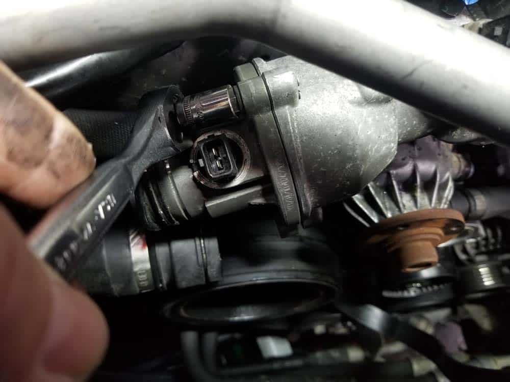 bmw n62 water pump replacement - remove the thermostat mounting bolts