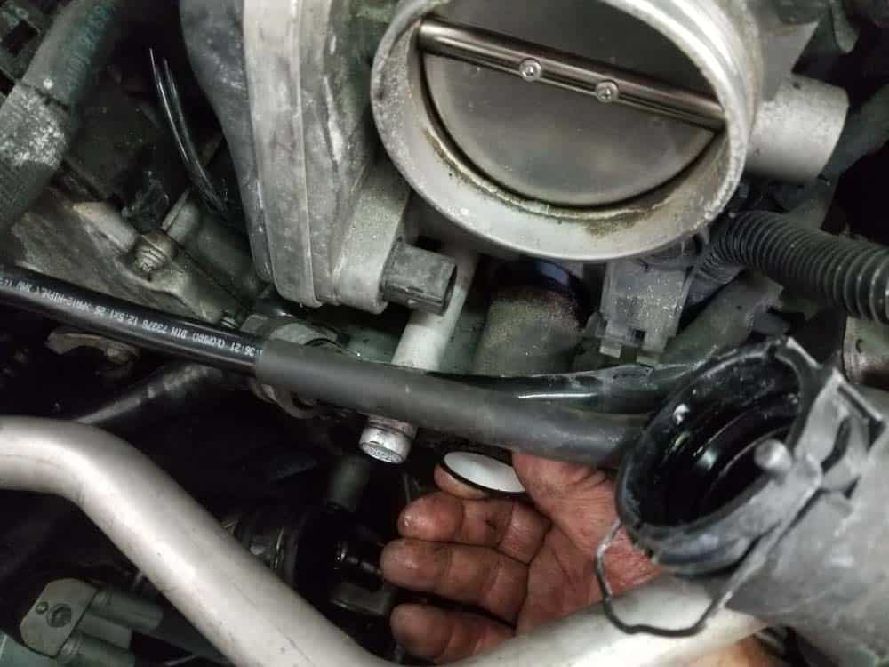 bmw water pump replacement - Grasp the return coolant pipe and remove it from the engine