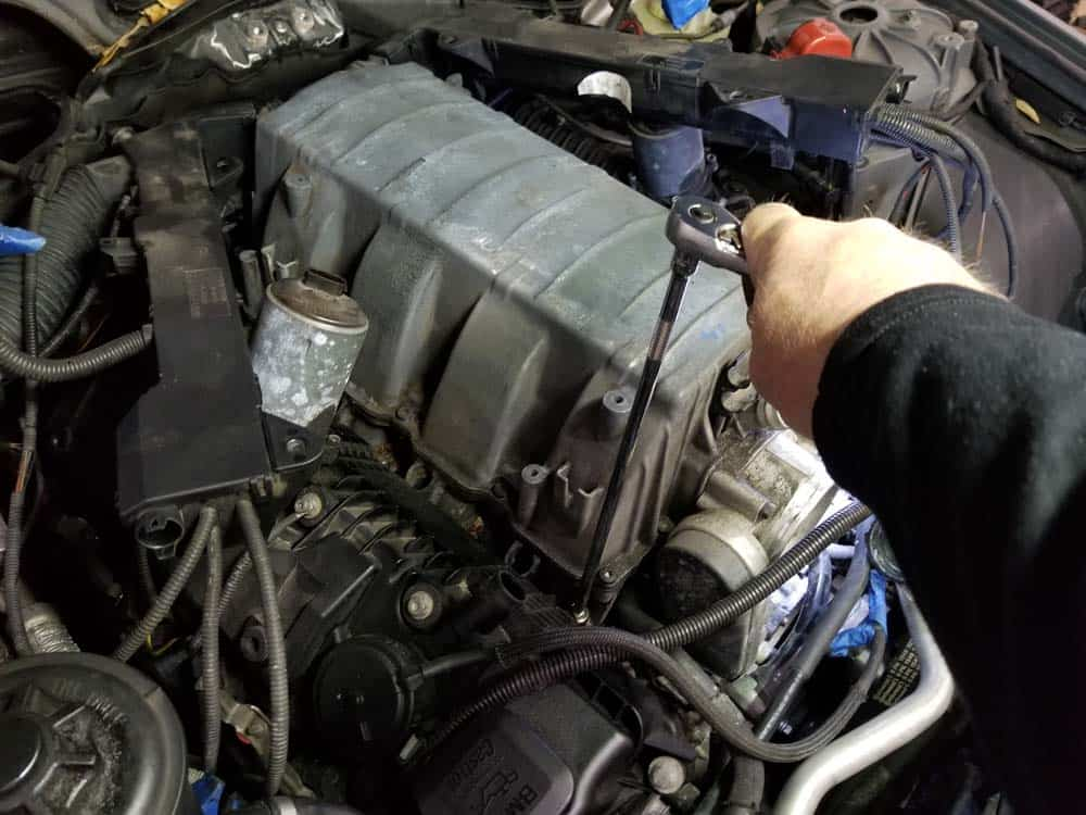 bmw n62 intake manifold - Remove the right intake manifold mounting nuts