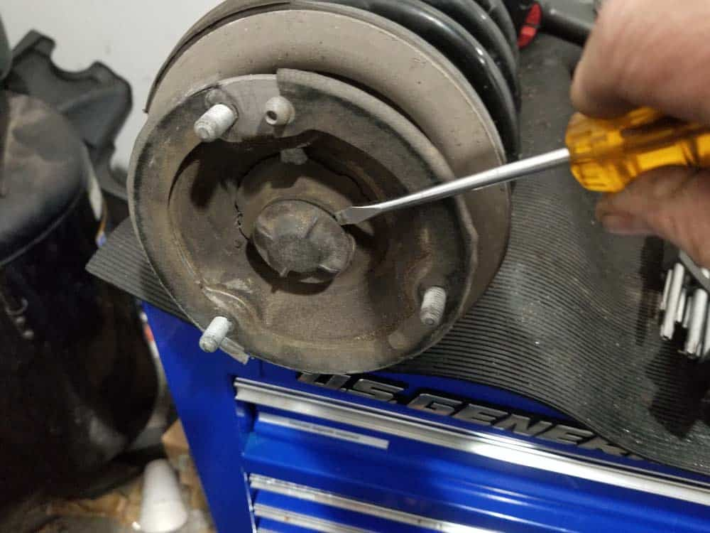bmw e60 front strut replacement - Remove the protective dust cap from the strut shaft nut