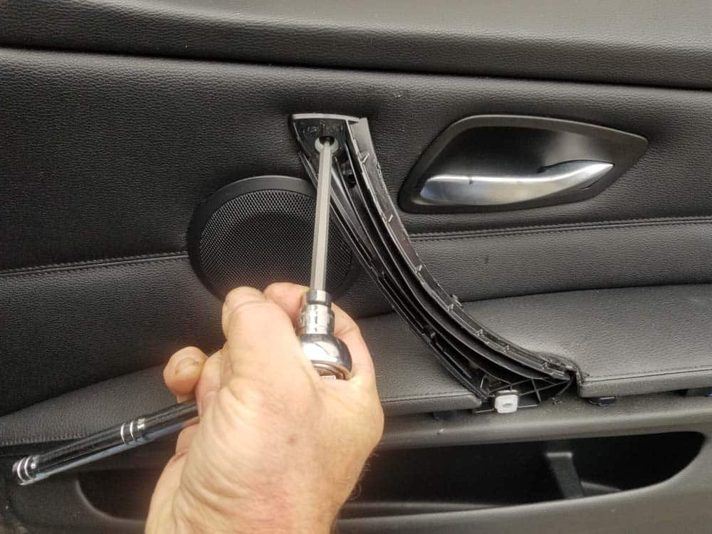 bmw e90 door handle replacement - Remove the T15 torx screw anchoring the door handle