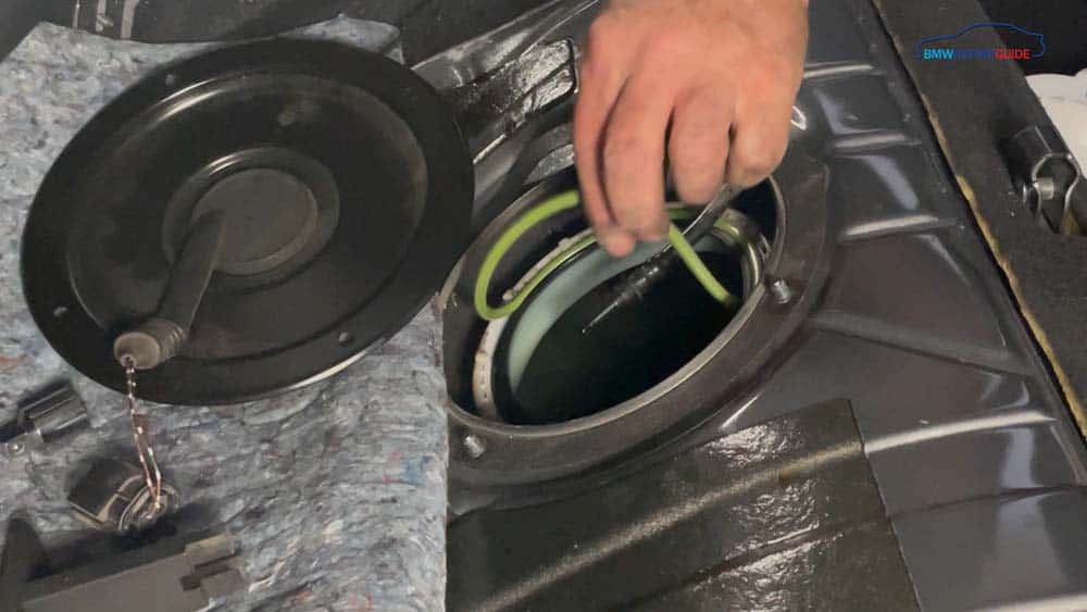 Remove the old sealing gaskets from the fuel pump and filter