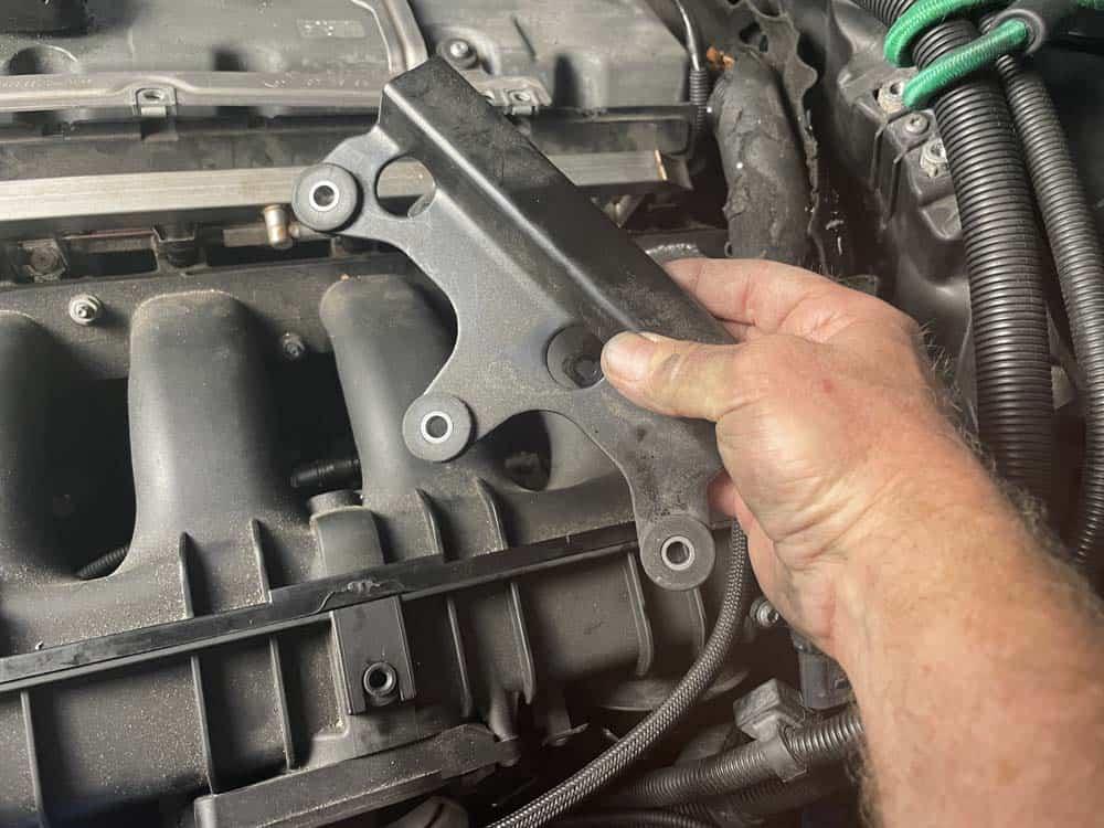 The fuel rail mounting bracket